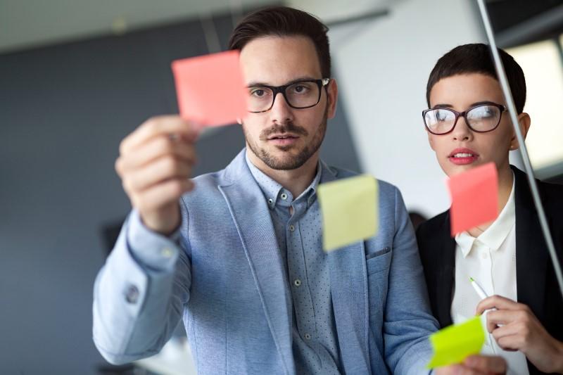 business-people-meeting-at-office-and-use-post-it-LFEVMRG-min - Segmentação de Mercado: Conheça 03 estratégias muito eficientes!
